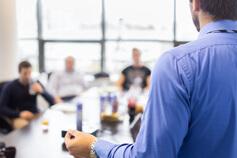 إلحاق الموظف الجديد: تقنيات التعريف بالشركة والإرشاد الوظيفي
